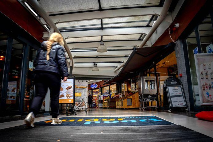Winkelcentrum Zuiderpoort maakt een bedompte en verouderde indruk.