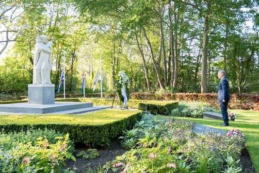 Burgemeester Gerard Rabelink in grote eenzaamheid bij het verzetsmonument op de begraafplaats van Renesse. De vertrekkende burgemeester legde zelf de bloemen en een krans op de oorlogsgraven waar dat onder normale omstandigheden ook door anderen gebeurt.