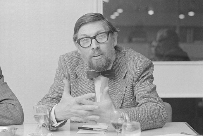 Jan van den Brink, voorzitter van cultureel centrum De Nobelaer, bij gelegenheid van het afscheid van dokter C. Mol als huisarts. Foto komt uit 1972.