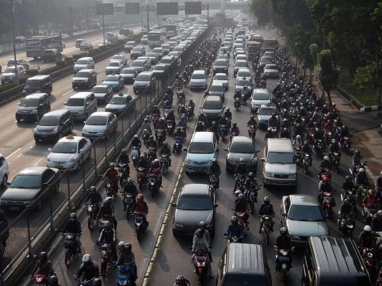 Een verkeersopstopping in de Indonesische hoofdstad Jakarta. Indonesië heeft de subsidies op fossiele brandstoffen inmiddels verlaagd. Beeld AFP