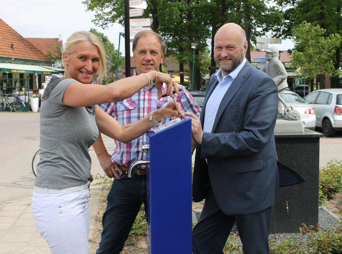 José Bossink, Bennie Visschedijk en Marcel Wildschut nemen het watertappunt in gebruik.
