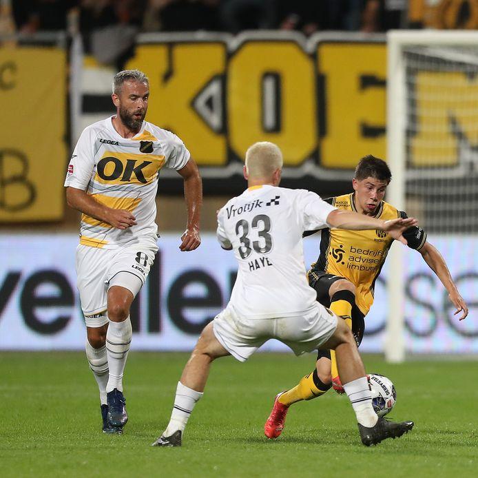 Thom Haye belet een speler van Roda JC de doorgang, Ralf Seuntjens is in de buurt.
