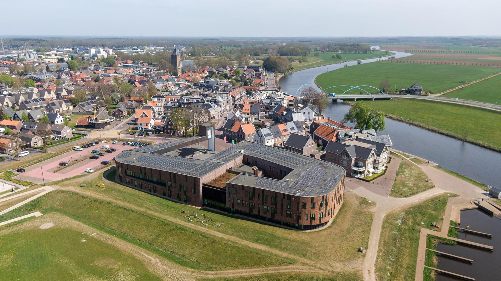 De dorpskern van Dalfsen met op de voorgrond het gemeentehuis.
