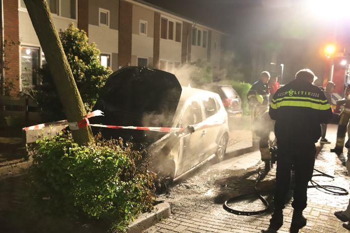 Een geparkeerde auto is in de nacht van maandag op dinsdag in vlammen opgegaan aan de Hoge Akker in Culemborg.