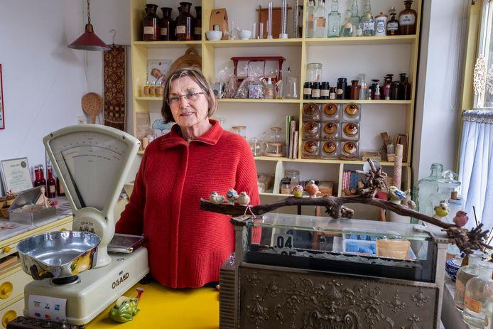 Helen Otting heeft in Ven-Zelderheide een winkeltje bij een grote kruidentuin. Ook geeft ze workshops.