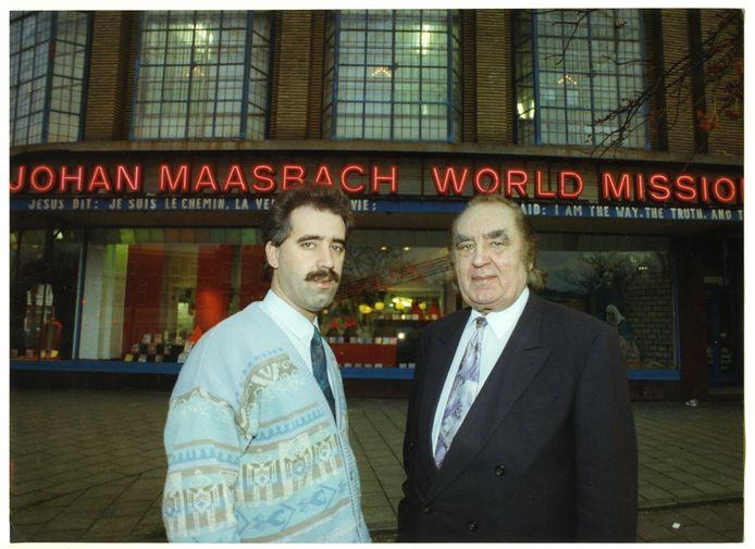 Vader Johan en zoon David Maasbach voor hun World Mission aan de Loosduinsekade in Den Haag in 1992.