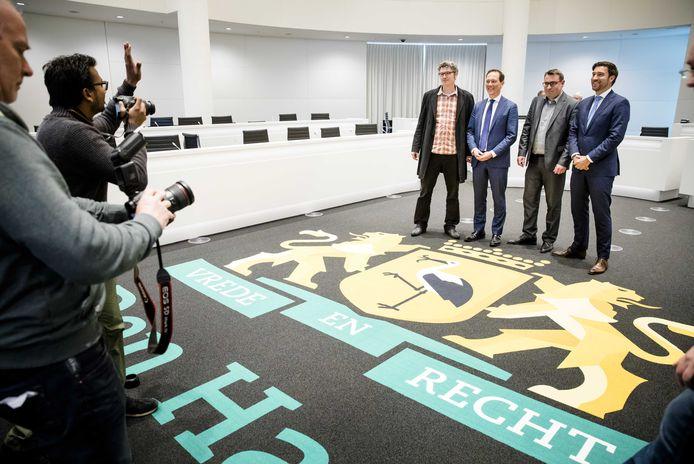 De partijleiders van de beoogde nieuwe coalitie op een rij: Arjan Kapteijns (GroenLinks), Boudewijn Revis (VVD), Richard de Mos (Groep de Mos) en Robert van Asten (D66).