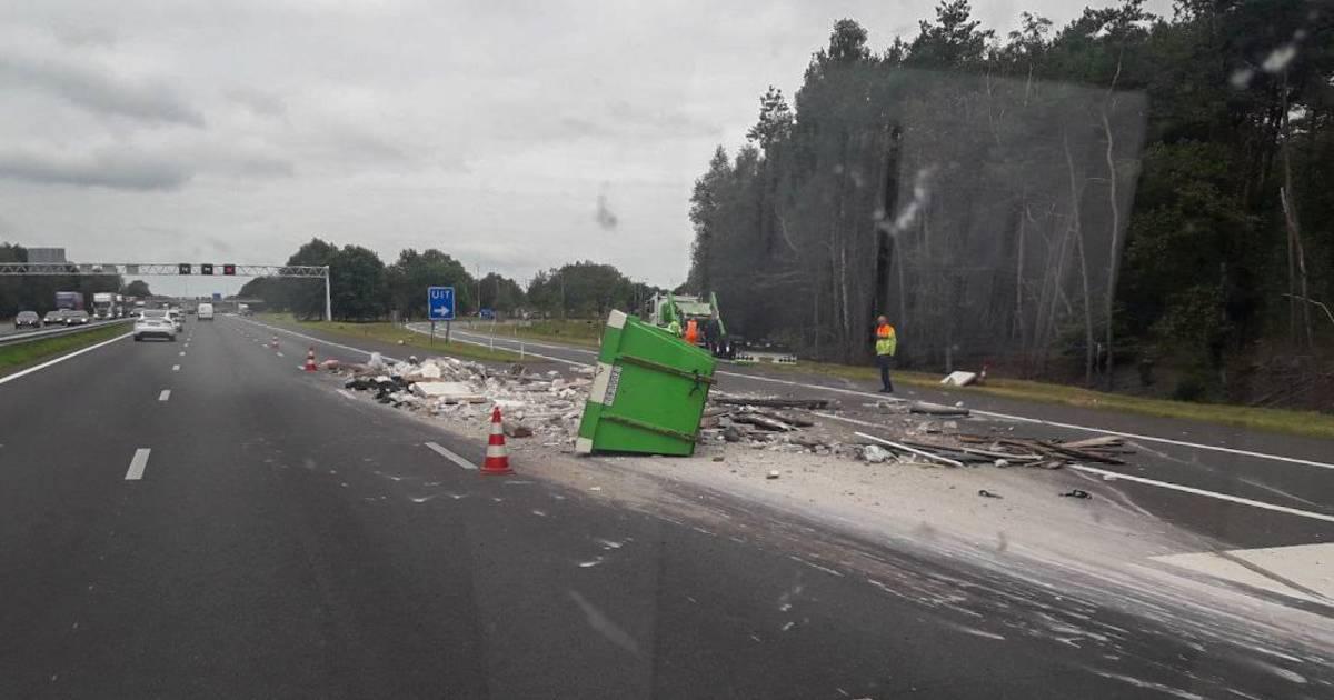 Flinke file op A1 bij Bathmen door gekantelde aanhangwagen met afvalcontainers.
