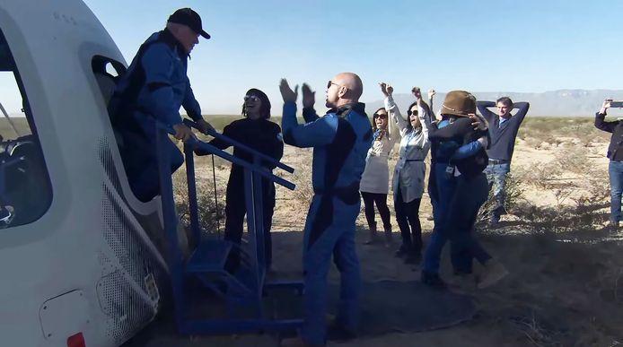 William Shatner stapt na zijn vlucht uit de ruimtecapsule en wordt welkom geheten dor Jeff Bezos
