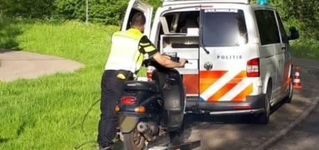 Scooterrijders betrapt bij politiecontrole in drie Utrechtse plaatsen: hoogste snelheid 77 km/u