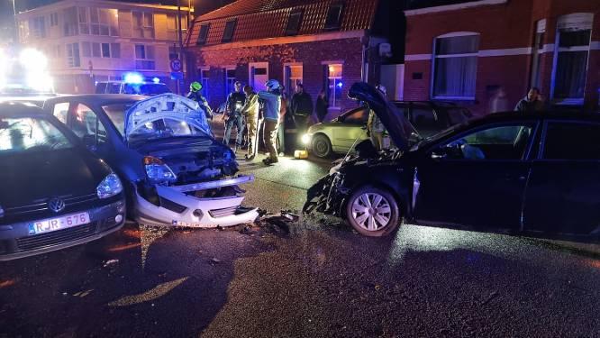 Bestuurder zonder rijbewijs crasht na achtervolging tegen anoniem voertuig: twee agenten gewond naar ziekenhuis