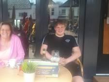 Saskia en zoon Mitchell blijven hele dag op het terras: 'Dit is even een geluksmomentje na een rotjaar'