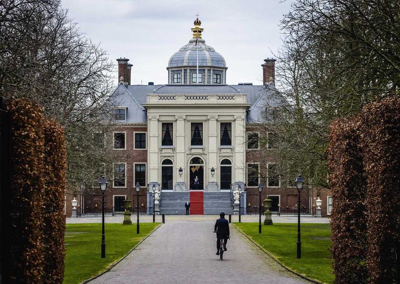 Premier Mark Rutte komt op de fiets aan bij Paleis Huis ten Bosch voor een bezoek aan koning Willem-Alexander. Rutte heeft namens kabinet-Rutte III vanwege de kinderopvangtoeslagaffaire het ontslag aangeboden van alle ministers en staatssecretarissen.