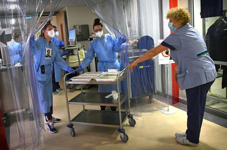 De covid-afdeling van het Dijklander Ziekenhuis. Beeld Marcel van den Bergh / de Volkskrant