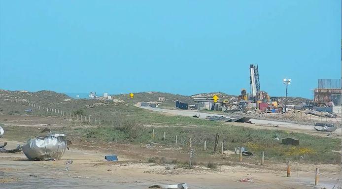 Brokstukken van de gisteren ontplofte SN11-raket van SpaceX liggen verspreid over een groot gebied in het Texaanse Boca Chica.