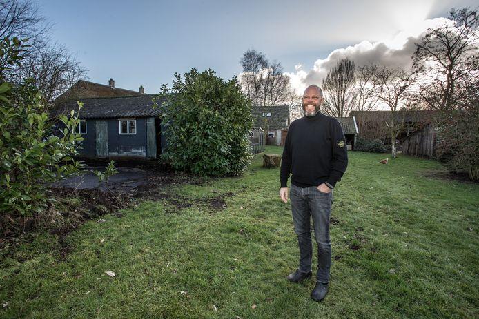 Een lachende Jalbert Kuijper. Na drie jaar strijd met de buurt en de gemeente Lochem mag hij zijn Bed & Breakfast Love Bubbles gaan uitbreiden.