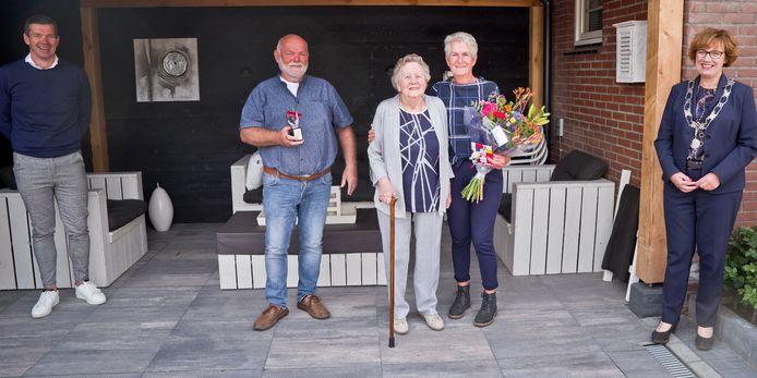 In Hellendoorn ging de Beste Buur Bokaal naar Henk en Ria van Braam. rechts burgemeester Raven van de gemeente Hellendoorn.