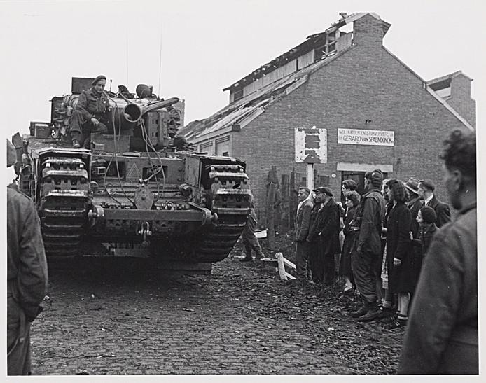 Een Schotse tank rijdt de wijk Broekhoven binnen over een net gelegde schaarbrug over de Leij. De bevrijding van Tilburg is een feit op 27 oktober 1944.