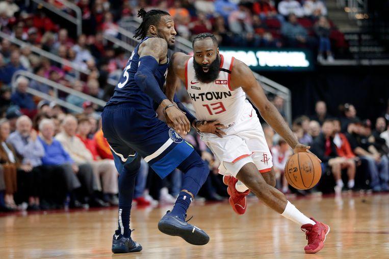 James Harden (13) van de Houston Rockets in duel met Minnesota Timberwolves' Robert Covington tijdens een NBA-wedstrijd eerder dit jaar. Beeld AP