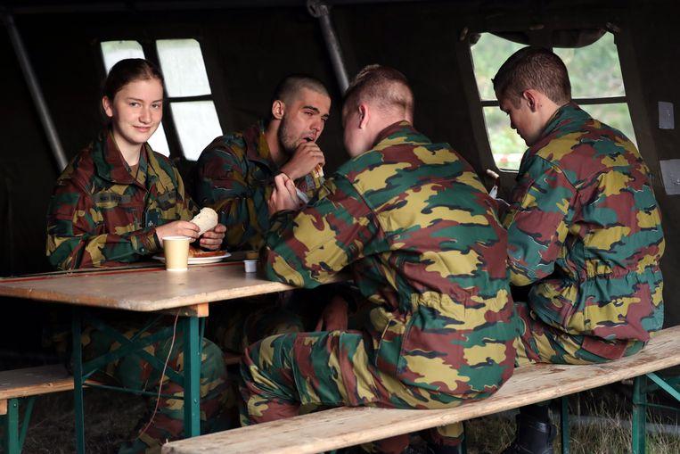 Kroonprinses Elisabeth van België aan het ontbijt te midden van andere leerling-officieren op oefenterrein Lagland in Aarlen. Het zomerkamp is de laatste fase van haar eenjarige militaire opleiding.  Beeld BELGA
