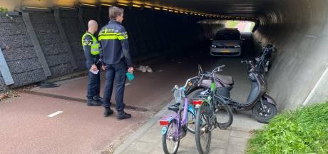 Fietsende moeder komt ten val na aanrijding met snorscooter op Rielerweg in Deventer
