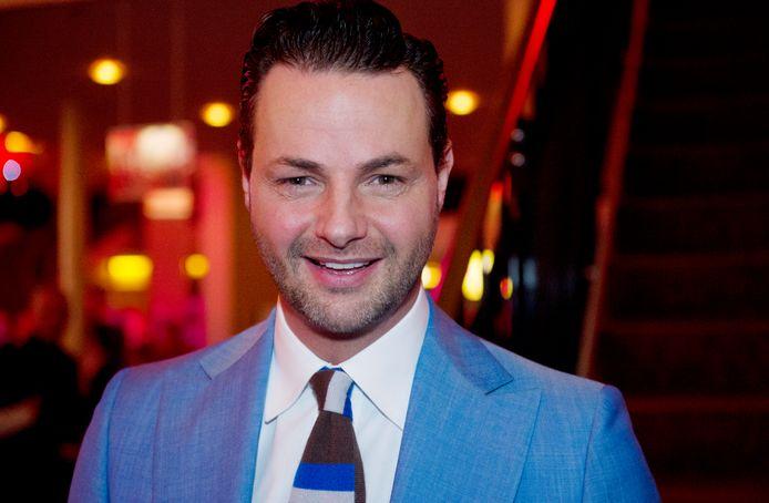 Twee mannen in PostNL-outfit hebben de Rotterdamse stylist en tv-presentator Fred van Leer geprobeerd te overvallen.