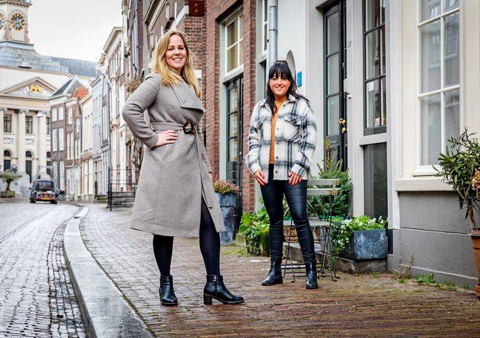 Matchmakers Anouk van 't Veer (links) en haar collega Simone Elias staan bij jongeren letterlijk voor de deur om met hen contact te leggen.