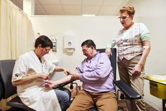 Jan en Ineke laten in het voorjaar bloed afnemen in het Albert Schweitzer Ziekenhuis.