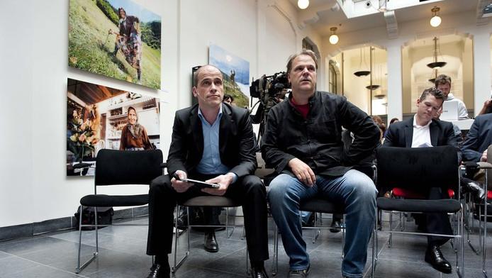 Lijsttrekker Diederik Samsom (links) en partijvoorzitter Hans Spekman tijdens de presentatie van het verkiezingsprogramma van de PvdA voor de Tweede Kamerverkiezingen op 12 september, begin juni.