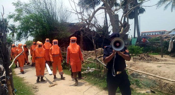 Leden van de rampenbestrijdingsdienst roepen mensen in de staten West-Bengalen en Odisha op om te evacueren.