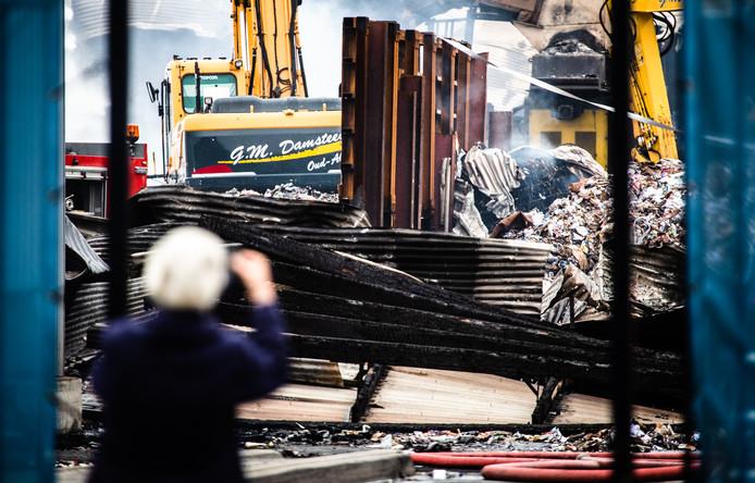 De ravage is pas bij daglicht goed te zien. De loods waarin de brand woedde, rest enkel nog de sloophamer.