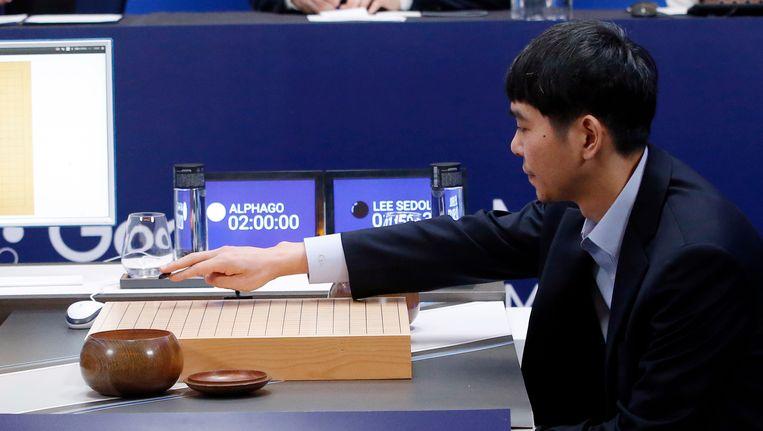 De Zuid-Koreaan Lee Se-dol, goed voor achttien Go-titels, moest de duimen leggen tegen Google-supercomputer AlphaGo. Beeld AP