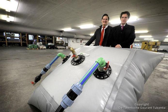 De broers Floris en Roderick Wolters uit Lichtenvoorde met hun SolarFreezer.