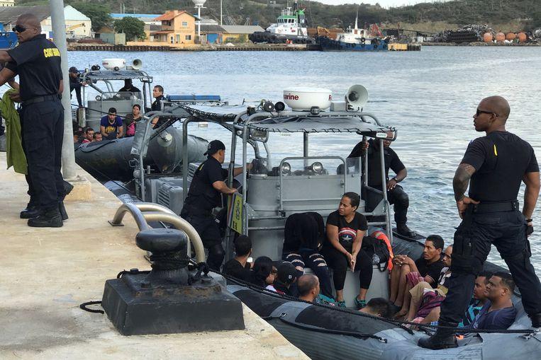 Venezolaanse vluchtelingen wachten in een boot van de kustwacht van Willemstad, de hoofdstad van Curaçao.  Beeld REUTERS