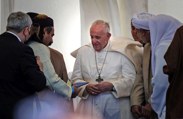 Paus Franciscus in gesprek met religeuze leiders tijdens een interreligieuze bijeenkomst.  Beeld AFP