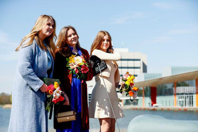 De prinsessen Amalia, Ariane en Alexia aan het begin van Koningsdag op de High Tech Campus in Eindhoven.
