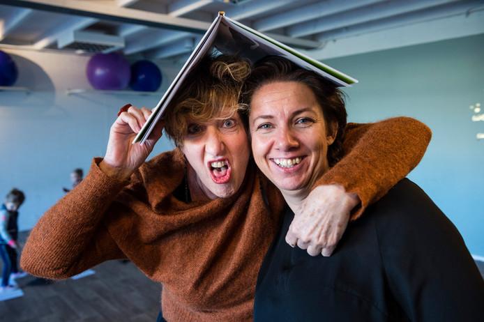 Dansschool 'By Sandra' is dit jaar begonnen met het geven van acteerlessen. Eigenaresse Sandra Albers  (rechts) en acteerdocente Ine van Geel (l) in de ruimte van de Dansschool.