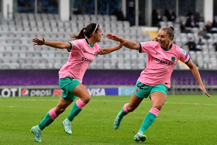 Aitana Bonmati heeft 3-0 gescoord en viert de treffer met Lieke Martens (rechts).  Beeld AP