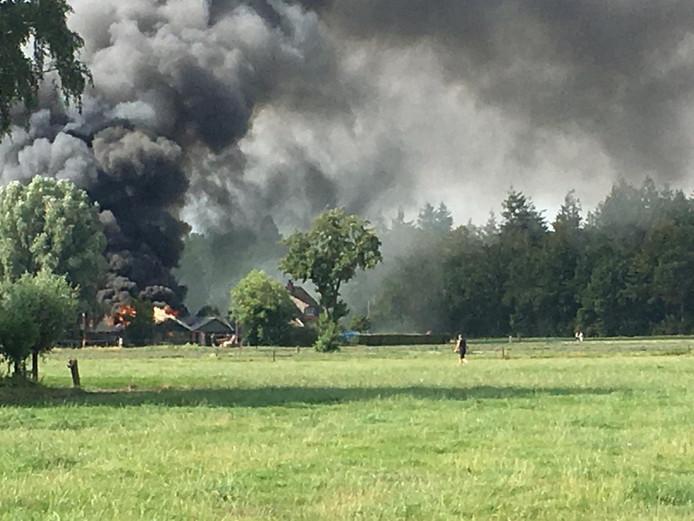 Een grote brand in Heerde zet heel de omgeving in rook