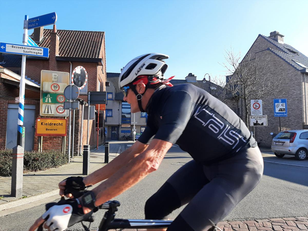 Wielertoerist rijdt langs de grensovergang in Nieuw-Namen - Kieldrecht.