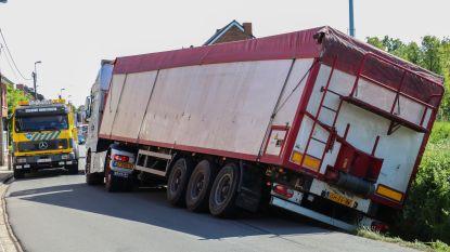Vrachtwagen belandt in gracht langs Hofstraat