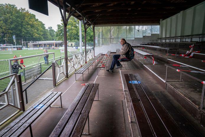 Lege tribunes bij voetbalclub VDZ in Arnhem. Foto: Erik van 't Hullenaar.