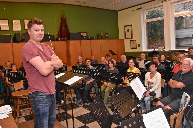De harmonie Sint-Cecilia Geluwe heeft met Mathijs Coine een nieuwe dirigent.