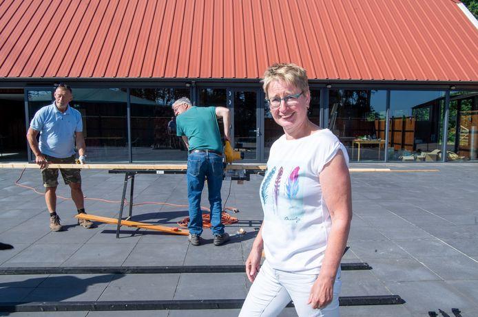 Wilma Huisman voor het  nieuwe proeflokaal van Wijngoed De Reestlandhoeve in Balkbrug.