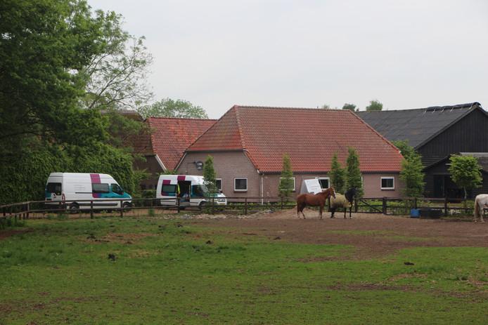 De paardenstal aan weg de Borculo-Barchem, met daar aanwezig busjes van Liander. De politie hield er donderdagmorgen een inval waarbij een man opgesloten bleek te zitten in een wietplantage ter plekke.