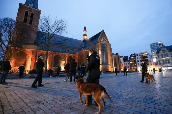 Op de Grote Markt van Turnhout wordt iedereen die er ook maar een beetje verdacht uitziet gecontroleerd.