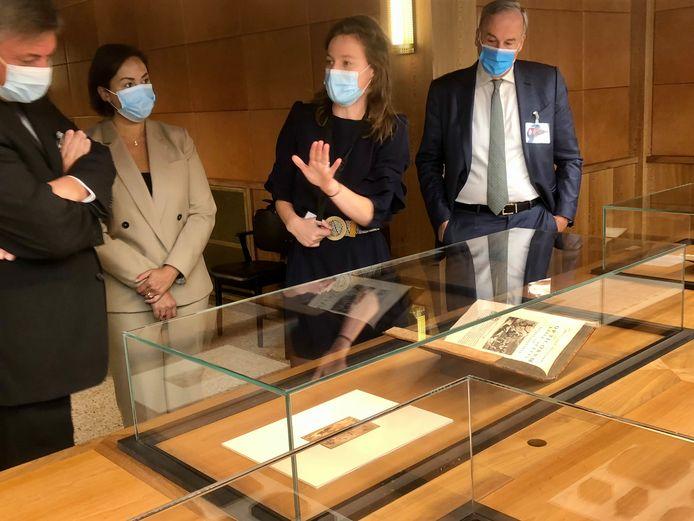 Bij de illustratie van Rubens in het Prentenkabinet: minister van Cultuur Jan Jambon, schepen Nabilla Ait Daoud, Virginie D'Haene (curator) en Thomas Leysen van de Topstukkenraad.