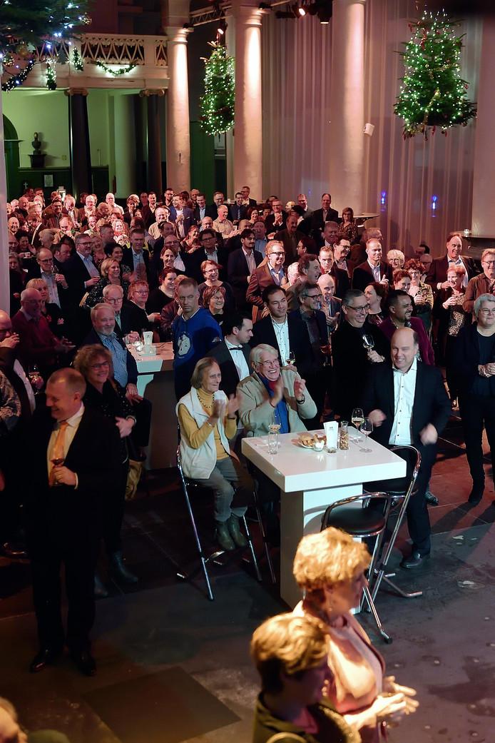 Nieuwjaarsreceptie in de Sint Jan. Applaus en lach op bezoekers voor stadsdichter Eric Deelen.