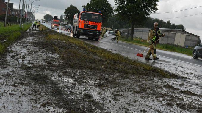 Spoor van modder op de weg na ongeval