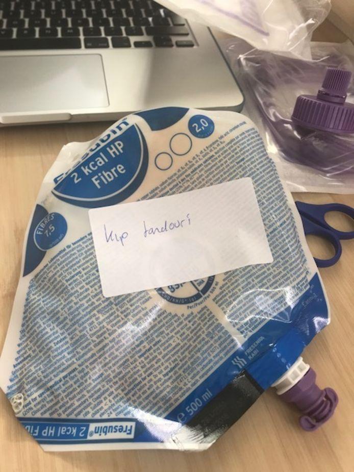 Een verpleegkundige van het Isalaziekenhuis in Zwolle plakte voor de grap een lekker smaakje op de sondevoeding van patiënte Liesbeth Bruinekool.